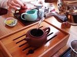 茶盤の上で茶壷に熱湯を