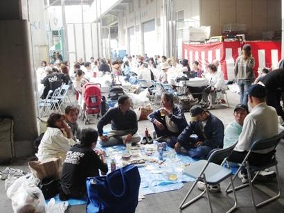 横浜市場まつり 常連さんは敷物持参