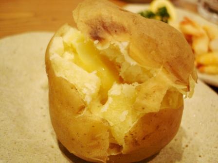 ニセコひらふ・居酒屋「楽」 じゃがバター